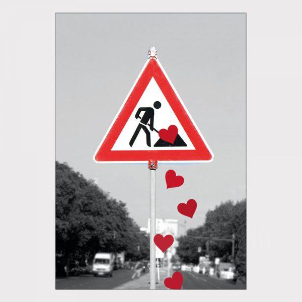 Postkarte Bauarbeiter wirft Herzen